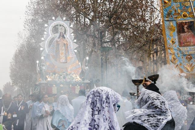 Le donne con il velo (non è solo islamico) disperdono l'incenso