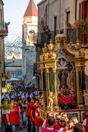 """Come vuole la tradizione, la domenica precedente la festa, il Crocifisso, sulla cosidetta """"vara"""", viene portato a spalla dai fedeli dalla Chiesa di Sant'Agostino alla Cattedrale, dove si pensa fosse originariamente. As told by the tradition, on the former Sunday of the main feast, the statue of the Crucifix, on the so called """"vara"""", is carried by the naked shoulders of the devoted men from the church of Saint'Augustin to the Cathedral, where it is thought the Statue was originally."""