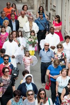 L'ultimo giorno di missione del reliquiario, esso è accompagnato dai fedeli nella piazza dove si celebrerà la messa. On the last day of the visit of the reliquiary, it is accompanied by the people to the square where the Mass will be celebrated.