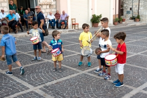 Tutti i bambini di Caltabellotta, quando c'è la festa, vogliono suonare qualche strumento. Quello più ambito è il tamburino (ben quattro nella foto), poi i piatti, ed infine la tromba! Quasi a competere con i grandi. All the children of Caltabellotta, during the feast, want to play some instrument. The most wanted is the drum (four in the picture), then the cymbals, and last the trumpet! Almost competing with the adults.