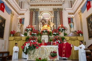 La Santa messa è stata concelebrata dai parroci di Caltabellotta e Sciacca, in particolare della parrocchia di San Michele, dove la Spina Santa è custodita. The holy Mass was concelebrated by the priests of Caltabellotta and Sciacca, specifically by the priests from the parish of San Michele, in which church the Holy Thorn is preserved.
