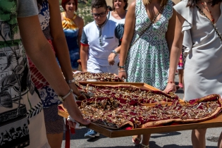 I vassoi portati dai fedeli lungo la strada della processione. The trays carried by the believers on the streets of the procession.