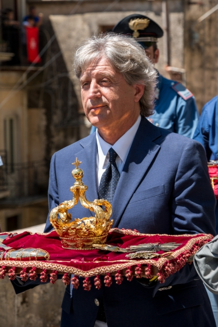 Il presidente dell'edizione 2015 che porta il vassoio con la corona ed i simboli della Madonna e del Crocifisso. The president of the organizing committee of 2015 carries the tray with the crown and the symbols of Madonna and Crucifix.
