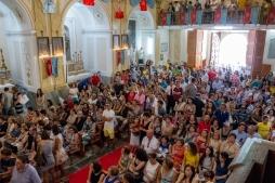 Molte le persone che assistono alla vestizione dei miracolosi simulacri, come segno di devozione. Many people attend the moment when the miracolous statues have their symbols attached to as a sign of devotion.