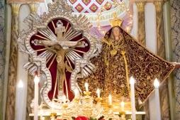 Le statue dopo la vestizione con i simboli caratteristici e la Madonna con il mantello di ex-voto. The statues after being adorned with their characteristic symbols and the Virgin Mary with the mantle of ex-voto.