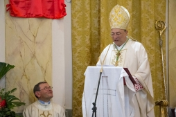L'arcivescovo (sulla destra) durante l'omelia della messa concelebrata insieme all'arciprete (sulla sinistra) con cui condivide anche il nome: Giuseppe Marciante. The archbishop (on the right) during the homily of the concelebration together with the prelate with whom shares the same name: Giuseppe Marciante.