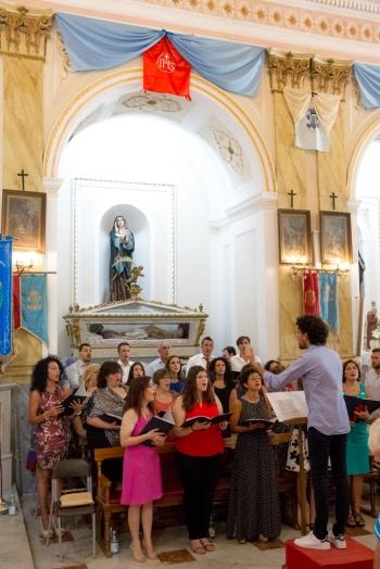 """L'animazione della messa della domenica è affidata alla corale """"Laudae Choralis"""" diretta dal maestro Giuseppe Cottone. The choir """"Laudae Choralis"""" participates in the mass on Sunday, directed by Giuseppe Cottone."""