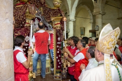 """Dopo la messa, l'arcivescovo, insieme ai portatori, trasla il Crocifisso sulla vara, pronto per l'imminente incontro, in dialetto 'ncontru, con la Madre. After the mass, the archbishop, together with the bearers, moves the Crucifix on the vara, ready for the forthcoming incontro (meeting, or in dialect """" 'ncontru"""") with the Mother."""