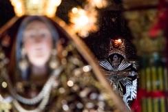 La Madonna ed il Crocifisso che, insieme, ritornano in chiesa. The Madonna and the Crucifix that, together, come back to the church.