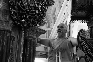 Finita la processione e riposizionati i simulacri, i portatori ed i membri del comitato prelevano gli ex-voto per riporli sui vassoi per depositarli fino alla prossima festa. Once the procession has ended and the statues have been repositioned, the bearers and members of the committee take down the ex-voto putting them on the trays. They will be conserved for the next feast.