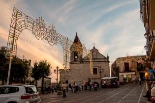 Mentre si celebra la messa, il tramonto avvolge Caltabellotta, la quale si illumina anche grazie alle luminarie montate per la festa. - While the mass is celebrated, the sunset wraps Caltabellotta, which is illuminated also by the festive lights put for the festival.