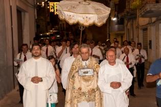Monsignor Melchiorre Vutera porta la preziosa reliquia in processione. Sullo sfondo la banda di Caltabellotta. - Monsignore Melchiorre Vutera carries the precious relic in procession. In the background the band from Caltabellotta.