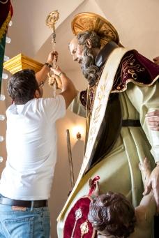 Dopo la traslazione, il presidente del comitato, Enrico Cattano, sistema il bastone pastorale del Santo Patrono. - After the translation, the committee president Enrico Cattano positions the pastoral rod of the Patron Saint.