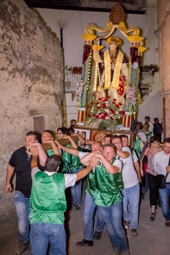 I portatori, circa una ventina in totale, si destreggiano tra le anguste vie di Caltabellotta. - The bearers, around twenty overall, maneuver amongst the narrow streets of Caltabellotta.