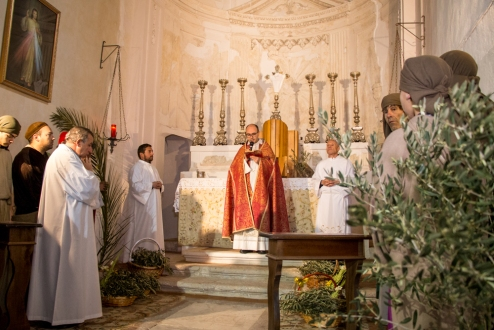 Riuniti nella navata destra della Cattedrale, gli attori che interpretano i ruoli di Gesù, dei suoi apostoli, e del popolo di Gerusalemme, sono pronti per la benedizione delle palme e dei ramoscelli d'ulivo da parte dell'arciprete Antonio Corda.