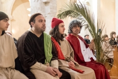 Gesù con la palma ed alcuni degli Apostoli durante la celebrazione.