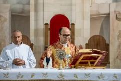Padre Antonio Corda consacra le ostie.