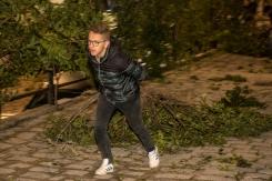 Uno dei ragazzi che porta le cime di alloro per addobbare le strade di Caltabellotta.