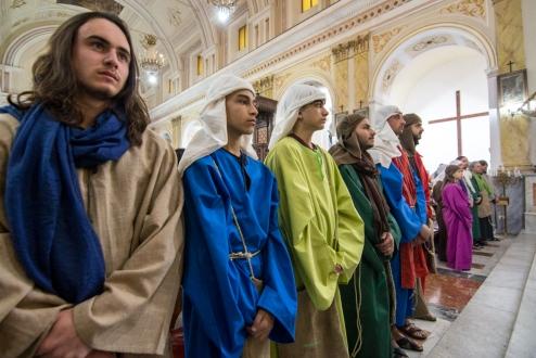 Gli attori che interpretano i ruoli degli Apostoli per la celebrazione del Giovedì Santo.