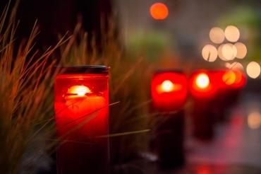 I sibulichi sono illuminati con la luce delle candele.