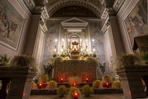 Il giro dei sibulichi, o meglio delle chiese, è una tradizione che risale a San Filippo Neri. In foto l'altare della reposizione nella chiesa del Carmine.
