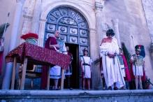 Il venerdì santo, si rievoca la Via Crucis. Gli attori, di fronte la chiesa di Sant'Agostino, rappresentano la condanna di Gesù a morte.