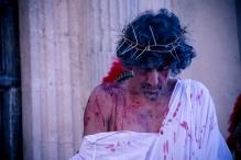 Gesù in attesa della sentenza, ascolta in silenzio il processo.