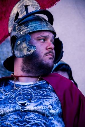 """La figura del centurione, che Mel Gibson battezzò """"Abenader"""", attende la decisione di Pilato."""