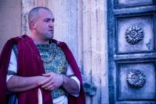 Il prefetto romano, pur non trovando alcuna colpa seconda la legge, è costretto a condannare a morte Gesù.