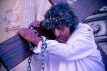 Gesù è caricato della croce su cui sarà crocifisso.