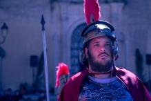 Il centurione guida il corteo verso il Calvario per eseguire gli ordini.