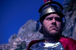 Il centurione esegue gli ordini, ma lo stato d'animo è cupo.
