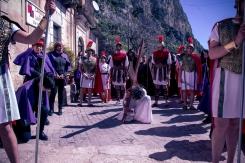 Alla fine di via Casale Maniscalco, avviene la prima caduta di Gesù.