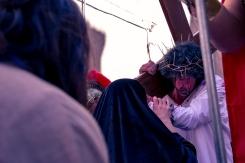 Ad accompagnare Maria vi è Giovanni, che Gesù indicherà come nuovo figlio.