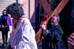 In piazza Umberto I, Simone di Cirene solleva temporaneamente Gesù portando la croce al suo posto.