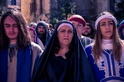 La Madre, con Giovanni e Maria Maddalena, accompagna in disparte Gesù.