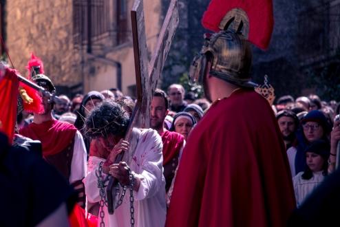 Il centurione si volta per controllare che il condannato continui il suo percorso.