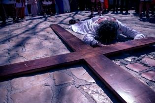 Gesù, sotto il peso della croce, cade per la seconda volta.