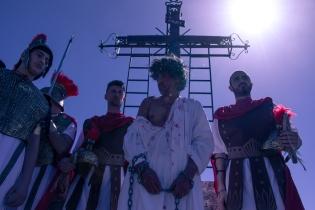 Gesù ed i soldati arrivano al Calvario, pronti per la crocifissione.