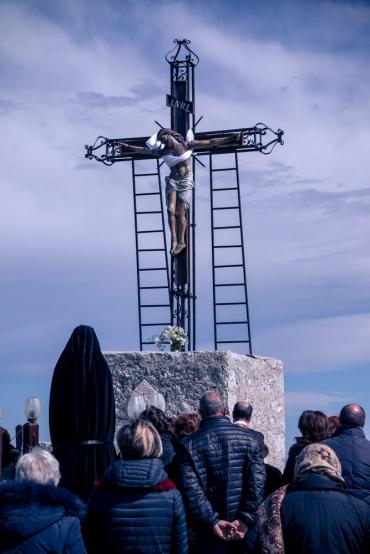 I fedeli, guidati da padre Antonio Corda, pregano il Cristo Morto.