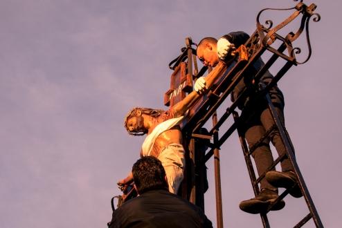 Con le luci del tramonto, Gesù è deposto dalla croce e riposto dentro l'urna per la processione per le vie del paese.