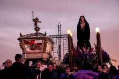 Dal pianoro del Calvario, inizia la processione del Cristo Morto e dell'Addolorata per le vie del paese.