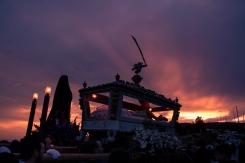 Un bellissimo tramonto accompagna le statue del Cristo Morto e dell'Addolorata.