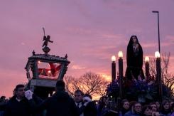 Le statue del Cristo Morto e dell'Addolorata accompagnate da un tramonto in tema con il momento.
