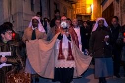 Padre Antonio Corda durante la processione del Cristo Morto e dell'Addolorata con la reliquia della Sacra Spina conservata a Caltabellotta.