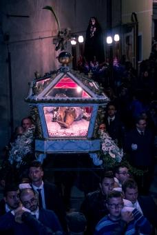 La processione tra le strette vie di Caltabellotta.