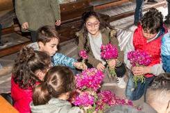 I bambini, ma anche qualcuno più grande, si prodigano nel creare i mazzetti di balacu per decorare la statua di San Michele.