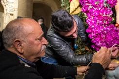 Generazioni che insieme collaborano per addobbare la lancia di San Michele con i mazzetti di violaciocca.