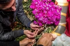 I mazzetti di violaciocca sono intrecciati sulla lancia dell'Arcangelo, con le mani che si aiutano tra loro.
