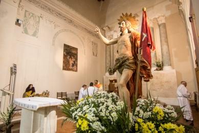 Nella notte si svolge la Messa di risurrezione, con Cristo Risorto nel presbiterio.